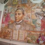 Mexikanische Umsetzung der Vergangenheit: Ein Wandgemälde im Innenhof des lokalen Museums in Querétaro, im Zentrum das Porträt von Benito Juárez, daneben links Maximilian und seine Gattin.