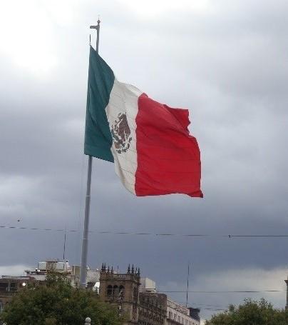 Die Nationalflagge ist in Mexiko überall präsent (Zocalo, Mexiko City 2012). Derzeit ist das Leben nicht so bunt auf dem Hauptplatz. Wegen vieler Demonstrationen in den letzten Jahren, sind derzeit Sperrgitter zum Freihalten des Platzes für gezielte Veranstaltungen aufgestellt.