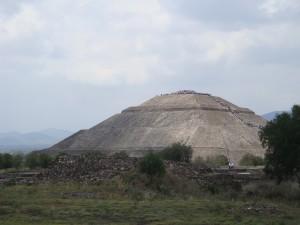 Die Sonnenpyramide in Teotihuacan, deren Seitenlänge (225m) fast so lang ist wie jene der Cheopspyramide in Ägypten (230,33m).