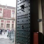 Das Portal des Museo de las Culturas, entsprechend dem früheren Gebäudezweck, der Münzprägestätte (la moneda, so wird das Gebäude auch jetzt noch genannt) sehr massiv.