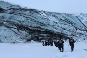 Nach einer 3,5 stündigen Fahrt kommen wir an einem Gletscher an, der im Meer endet. Da im Winter das Meer davor zugefroren ist, kann man ganz nahe zur Eiswand hingehen.
