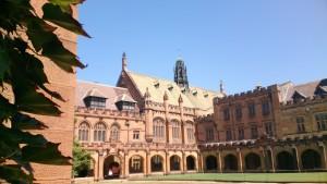 Der Campus der Uni Sydney mit seinen Sandsteingebäuden im neugotischen Stil wurde nach dem Vorbild von Cambridge und Oxford gestaltet.