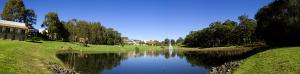 Auf dem 126ha großen parkähnlichen Campus gibt es zahlreiche Cafés und Bars sowie Sportanlagen.