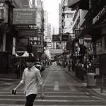 Mongkok, das Herz in Kowloon, in den noch ruhigen Straßen in den Morgenstunden. Ab Mittag, wenn die Straßenmärkte öffnen, sind die Straßen auch hier überfüllt