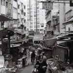 Straßenstände mit Obst und Gemüse in einer ruhigen Gasse in Central, wenige Schritte entfernt von Armani und Dior