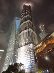 In Pudong, dem Finanzdistrikt Chinas reiht sich ein Wolkenkratzer an den anderen! Immer höher und ausgefallener wird gebaut! Meist gleicht das Ergebnis jedoch einfachen Alltagsgegenständen, wie hier einem Flaschenöffner!