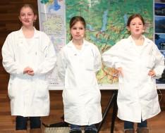 """Sparkling Science-Slam in action: Die Slammer der Volksschule Mühldorf (OÖ) stellen ihr Projekt """"Waldrapp"""" vor."""