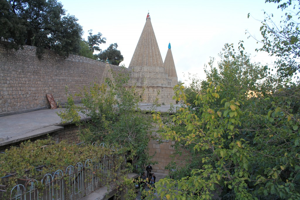 Kuppeln über dem Grab des jesidischen Heiligen Scheich Adi in Lalish, Irak (Foto: Stephan Procházka)
