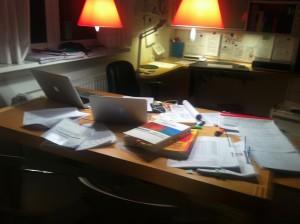 Schreibtisch-Chaos während der Diplomarbeit