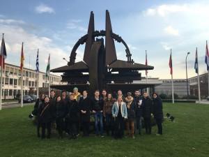 Gruppenfoto vor dem NATO Hauptquartier