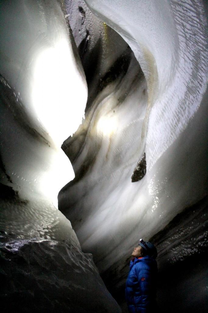 …geht es 20 Meter ins fantastische Innenleben eines Gletschers