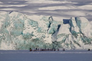 Schneemobile sind auf Spitzbergen im Winter das wichtigste Fortbewegungsmittel.