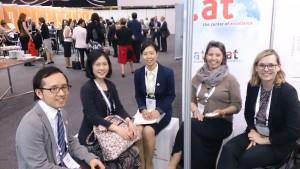 Die Leiterin des International Office, Frau Lottelis Moser und Lisa Winter, Team Universitätskooperationen und Bildungsprojekte, mit VertreterInnen der Tohoku University auf der APAIE in Melbourne.
