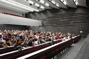 """Der größte Teil der Beeinträchtigungen unter Studierenden ist nicht offensichtlich: Psychische und chronische Erkrankungen sowie Sinnesbeeinträchtigungen spielen sich in erster Linie """"im Inneren des Körpers"""" ab. Trotzdem stellen sie etliche Menschen nicht weniger oft vor Barrieren, wie z.B. Personen mit Mobilitätsbeeinträchtigung. (Foto: Universität Wien/ Franz Pfluegl)"""