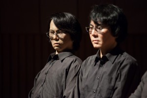 Hiroshi Ishiguro (rechts) mit seinem Zwillingsroboter. Bild: Florian Voggeneder