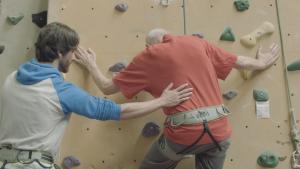 """Als symbolträchtige Erfahrung vermittel das Klettern den PatientInnen, dass sie trotz der Parkinson Erkrankung """"alles überwinden können"""". (© Lucia Gaßner)"""