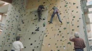 Mit Climb Up, Head Up! geht es nicht nur an der Kletterwand in die Höhe. Das Projekt zielt v.a. darauf ab die Lebensqualität der PatientInnen zu verbessern. Mit Climb Up, Head Up! geht es nicht nur an der Kletterwand in die Höhe. Das Projekt zielt v.a. darauf ab die Lebensqualität der PatientInnen zu verbessern. (© Lucia Gaßner)