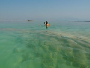 Beim Ausflug zum Toten Meer (© Regina Maria Hirsch)