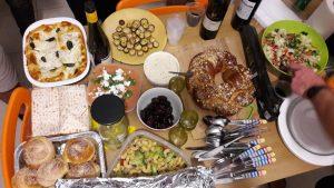 Essen beim Shabbat Dinner (© Regina Maria Hirsch)