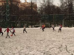 Auch auf Schnee kann man Fußball spielen! (© Vicky Reiter)
