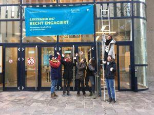 Recht Engagiert Banner vor dem Juridicum (© Forum kritischer Jurist*innen)