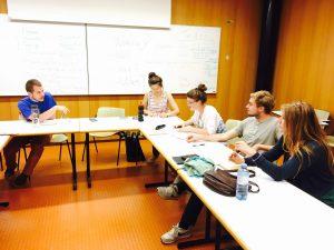Studiernde in der Diskussion (© Forum kritischer Jurist*innen)
