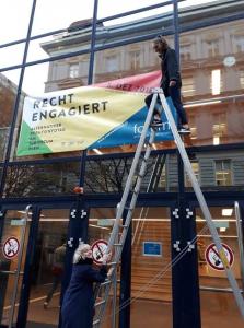 Recht Engagiert Banner vor dem Juridicum