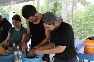 Waschen und Bestimmen von Keramik bei einer Lehrgrabung