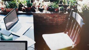 Arbeiten auf der eigenen Terrasse? Flexibel Arbeiten bedeutet auch, nicht an einen Ort gebunden zu sein.