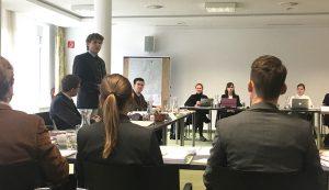 Eine Verhandlungssituation mit Personen an Tischen im Rahmen der Lehrveranstaltung Moot Court Umweltrecht (Rechtswissenschaften).