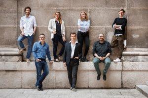 Das Team Digitale Lehre der Universität Wien stellt sich auf einem Gruppenfoto vor.