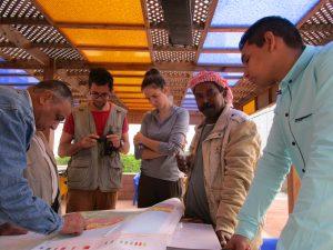 Ägyptische Kollegen zeigen den Wissenschaftlern aus Wien ihre geologischen Karten des Untersuchungsgebiets.