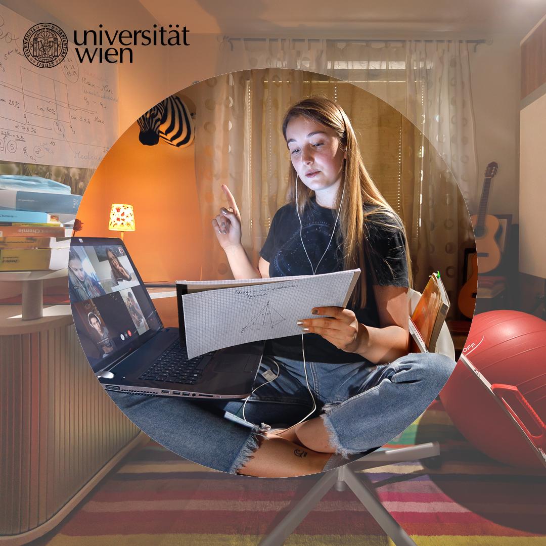 Angelika am Schreibtisch