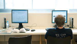 Studierender am Bildschirm